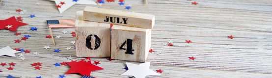 Drewniany kalendarz z datą Lipiec 4, szczęśliwy dzień niepodległości, patriotyzm i pamięć weterani, obrazy royalty free