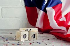 Drewniany kalendarz z datą Lipiec 4, szczęśliwy dzień niepodległości, patriotyzm i pamięć weterani, fotografia royalty free