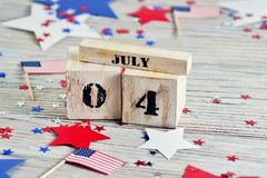Drewniany kalendarz z datą Lipiec 4, szczęśliwy dzień niepodległości, patriotyzm i pamięć weterani, fotografia stock