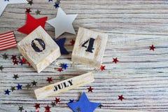Drewniany kalendarz z datą Lipiec 4, szczęśliwy dzień niepodległości, patriotyzm i pamięć weterani, obraz royalty free