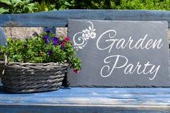 Drewniany karton i chalkboard z ogrodowym przyjęciem obrazy stock