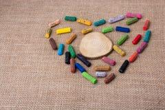 Drewniany kawałek w kredkach tworzy serce Obraz Stock