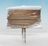 Drewniany kierunkowskaz z śniegiem na nim i opadzie śniegu Zdjęcie Stock