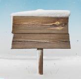 Drewniany kierunkowskaz z mniej śniegu na nim i opadzie śniegu Obraz Royalty Free