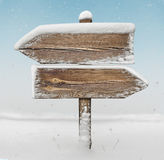 Drewniany kierunku znak z śniegiem bg i opadem śniegu two_arrows-oppo Zdjęcia Stock