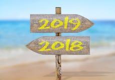 Drewniany kierunku znak z 2019 i 2018 Fotografia Stock