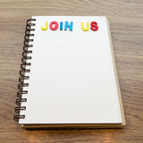 Drewniany kolorowy listowy słowo łączy my kłaść puszka notatnika na drewno plecy Obraz Stock