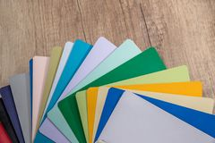 Drewniany koloru przewdonik na biurka zakończeniu up Zdjęcie Stock