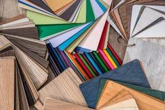 Drewniany koloru przewdonik z ołówkami Zdjęcia Royalty Free