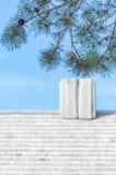 Drewniany komin przy Starym dachem Zdjęcie Royalty Free