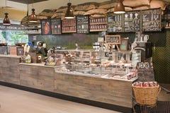 Drewniany kontuar jest przy sklep z kawą Fotografia Royalty Free