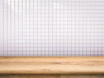 Drewniany kontuar z biel płytki tłem zdjęcia royalty free