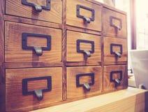 Drewniany kreślarz półki pudełka metalu etykietki imienia rocznika przedmiot Zdjęcia Stock