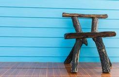 Drewniany krzesła błękita ściany tło Fotografia Stock
