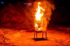 Drewniany krzesło jest na ogieniu Spopielanie meble Konceptualny p obraz stock