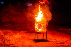 Drewniany krzesło jest na ogieniu Spopielanie meble Konceptualny p obrazy royalty free