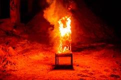 Drewniany krzesło jest na ogieniu Spopielanie meble Konceptualny p obraz royalty free