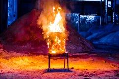 Drewniany krzesło jest na ogieniu Spopielanie meble Konceptualny p fotografia royalty free