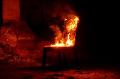 Drewniany krzesło jest na ogieniu Spopielanie meble Konceptualny p zdjęcia stock