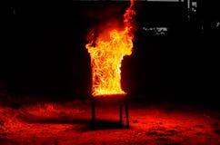 Drewniany krzesło jest na ogieniu Spopielanie meble Konceptualny p zdjęcie royalty free