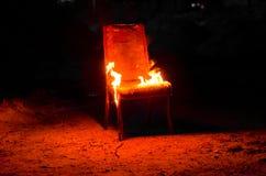 Drewniany krzesło jest na ogieniu Spopielanie meble Konceptualny p fotografia stock