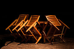 Drewniany krzesło obalał na stole w nocy restauraci Fotografia Stock