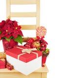Drewniany krzesło z Bożenarodzeniowymi dekoracjami Zdjęcia Stock
