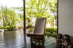 Drewniany krzesło dalej, gliniane lale i Zdjęcie Royalty Free