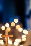 Drewniany krzyż i Defocused światła Zdjęcie Stock