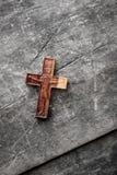 Drewniany krzyż na drewnianym tle obraz stock