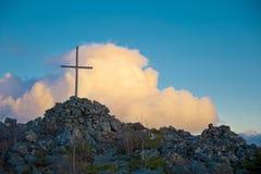 Krzyż na wierzchołku obrazy stock