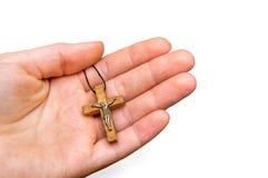 Drewniany krzyż w żeńskiej ręce odizolowywającej na bielu Obraz Royalty Free