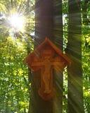 Drewniany krzyż w lesie Obrazy Royalty Free