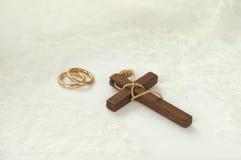 Drewniany krzyż z złotymi pierścionkami Fotografia Royalty Free