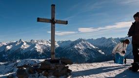 Drewniany krzyż na szczycie górskim Obrazy Royalty Free