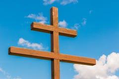 Drewniany krzyż przeciw niebu Zdjęcia Stock