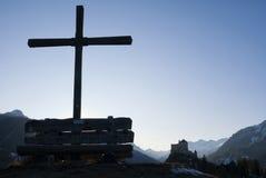 Drewniany krzyż przed Tarasp kasztelem Fotografia Stock