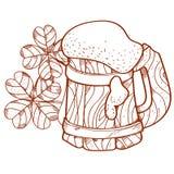 Drewniany kubek piwo piana i trzy złocistej monety, liść koniczyna Zdjęcia Stock