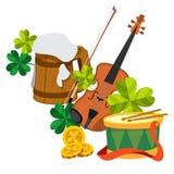 Drewniany kubek piwo piana, skrzypce, koniczyna, złociste monety i bęben, Obraz Royalty Free