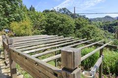 Drewniany kwiatu stojak pod zawieszenie mostem na huangling górze, adobe rgb zdjęcie royalty free