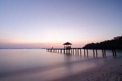 Drewniany lądowanie z pawilonem w morzu Zdjęcie Royalty Free