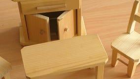 Drewniany lala meble: stół, krzesła i bufet, zdjęcie wideo