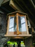 Drewniany lampowy obwieszenie w restauraci Zdjęcia Stock