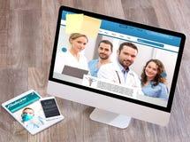 Drewniany lekarki biurko w wysokiej definici z laptopem, pastylką i mo, obrazy stock
