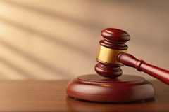 Drewniany licytator lub sędziego młoteczek zdjęcia royalty free