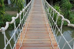 Drewniany linowy zawieszenie most dla spacer rzeki skrzy?owania fotografia royalty free