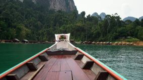 Drewniany Longtail nosa kłoszenie W kierunku Bambusowych tratwa domów przy Cheow Lan jeziorem w Khao Sok parku narodowym, Tajland zdjęcie wideo