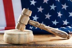 Drewniany młot na flaga amerykańskiej tle, Zdjęcie Stock
