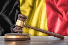 Drewniany młoteczek i flaga Belgia na tle - prawa pojęcie royalty ilustracja