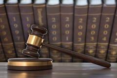 Drewniany młoteczek i prawo książki w prawnika biurze ilustracji